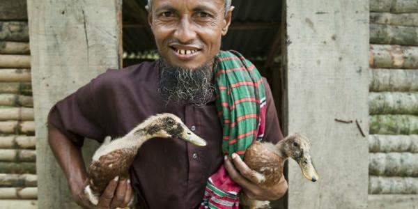 Bangladesh-man-with-ducks